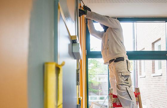 Referenzen und Arbeitsbeispiele: Claus Hein arbeitet unter anderem für Genossenschaften und Hausverwaltungen. Hier haben wir einen Etagenflur samt Treppenhaus in Hamburg Barmbek wunschgerecht gestaltet.