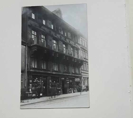 Über uns, Geschichte: Die erste Werkstatt wird in der Großen Bergstraße 204 eingerichtet.
